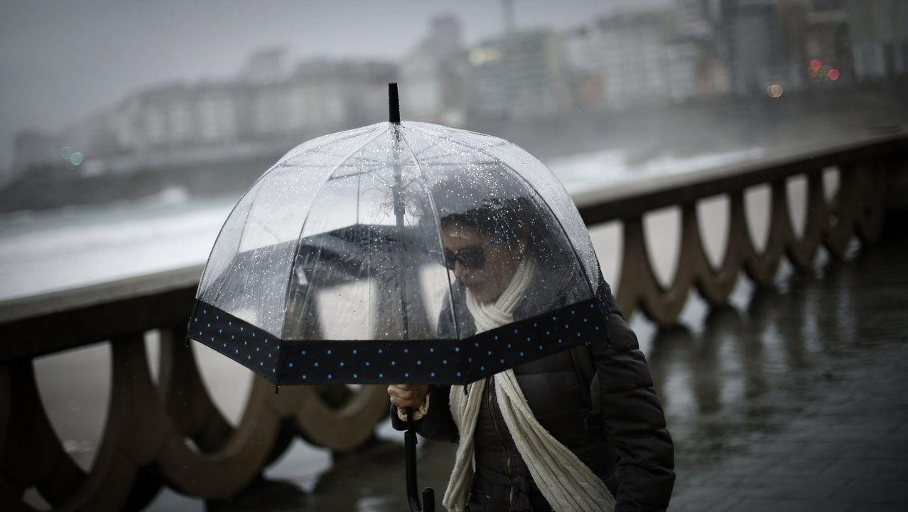 Aprovecha el calor, llegan cambios para el fin de semana.Una calle de Oviedo bajo la lluvia