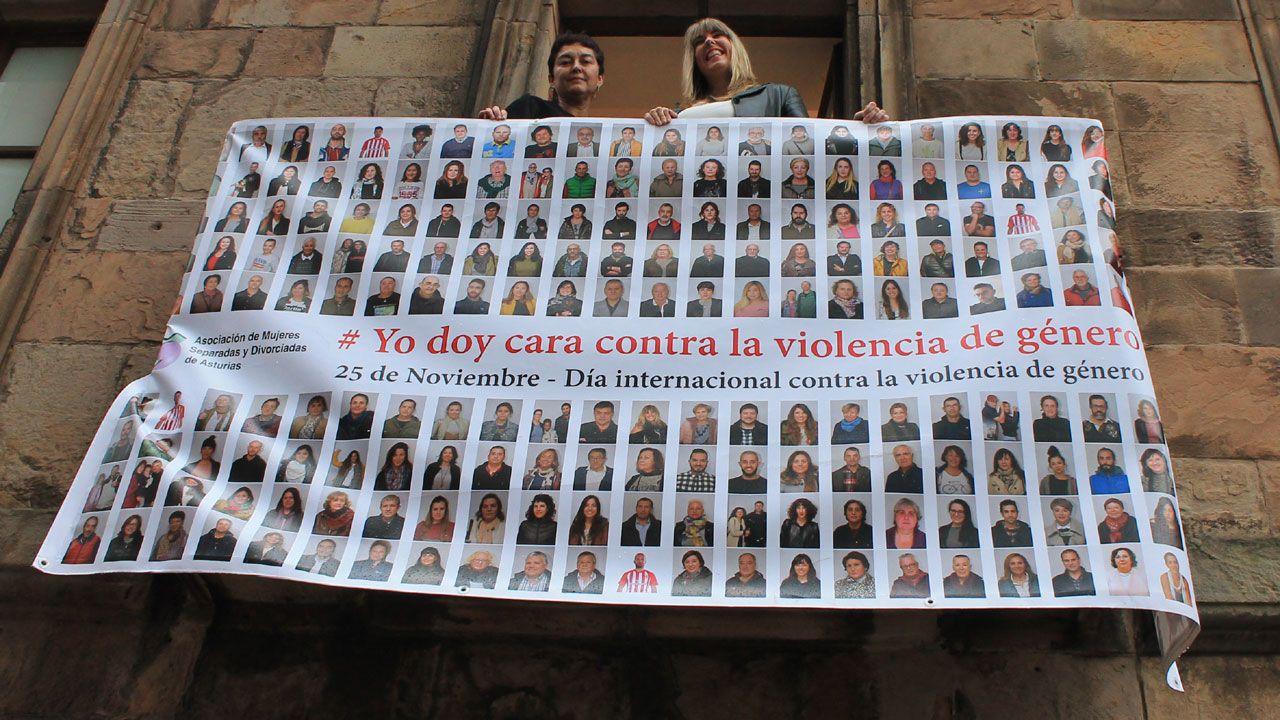 Lydia Santamarina y Jessica Castaño, junto al cartel de la campaña #Yo Doy la Cara contra la Violencia de Género, en la fachada del museo Barjola