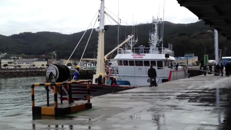 Llegada del barco Ecce Homo al puerto de Celeiro.La tripulación del pesquero, en las tareas de atraque a su llegada ayer al puerto de Celeiro.