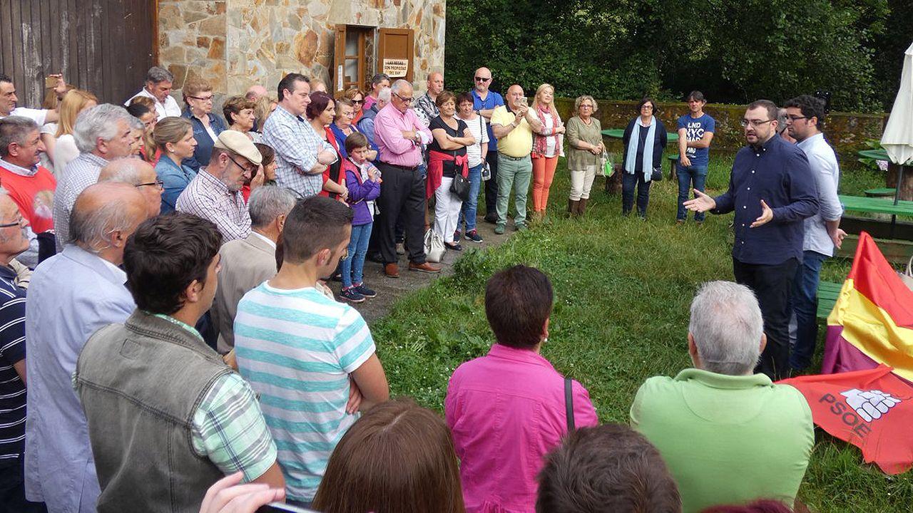 .Adrián Barbón interviene ante un grupo de militantes en la primera fiesta socialista de Valdés