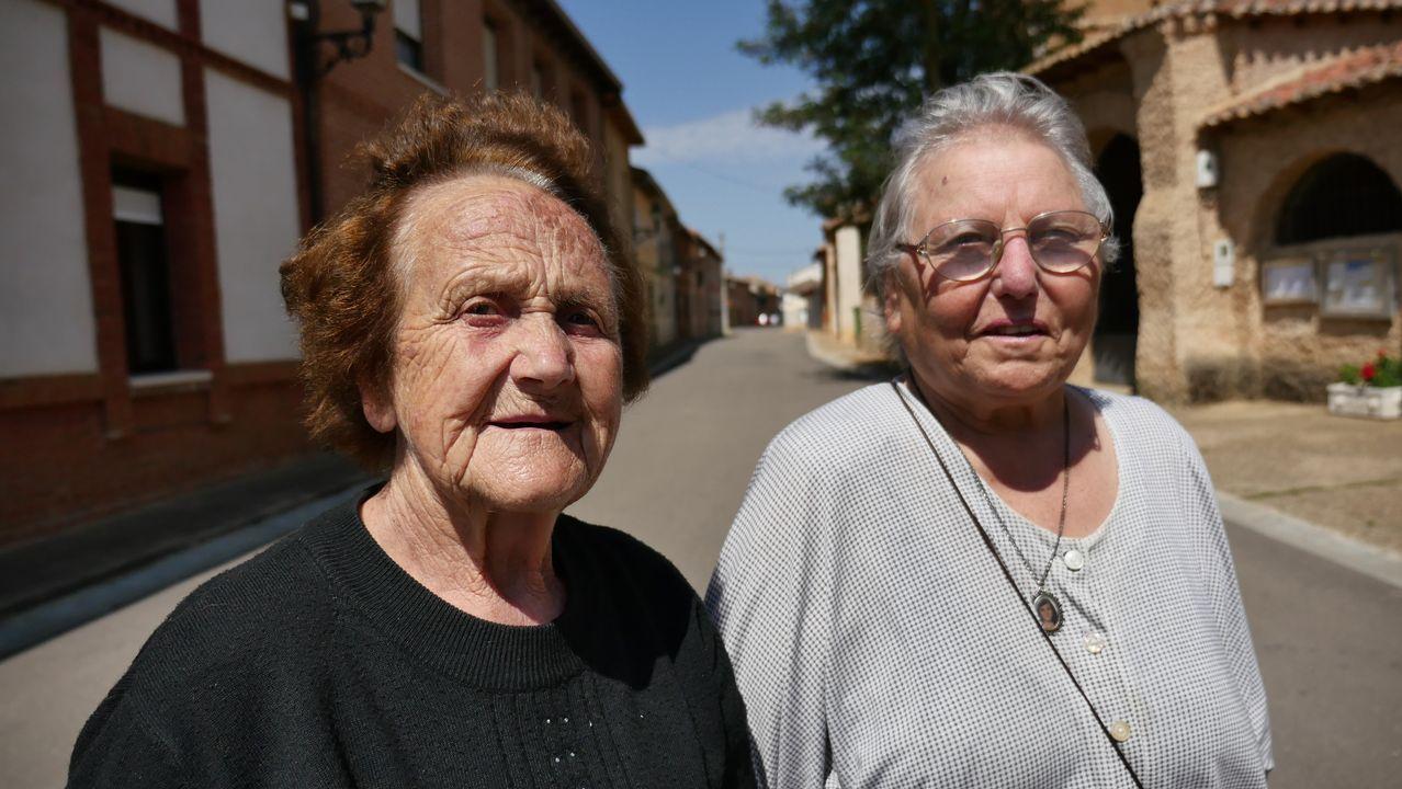 Encarnación y Daniel son vecinos de Burgo Ranero y creen que «sin peregrinos, el pueblo estaría más triste»