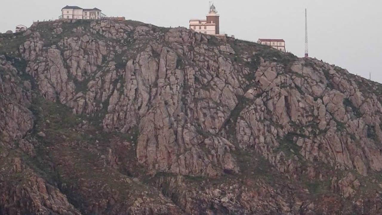 COSTA DA MORTE. Otro de los recorridos que ofrece Jaliaia, con base en Corcubión, es la ruta de los faros desde el mar