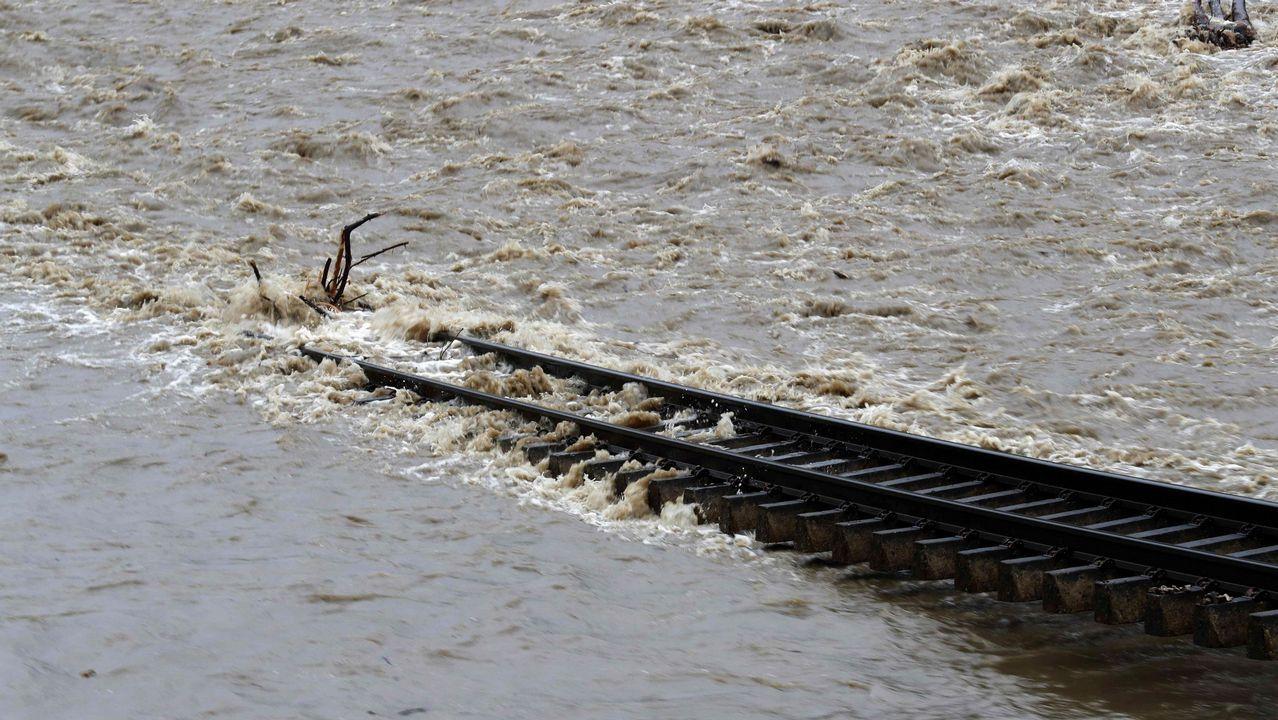 Aspecto que presenta la vía de tren a su paso por Serrapio-Cabañaquinta, en el concejo de Aller (Asturias), a causa del temporal de lluvias registrado en los últimos días