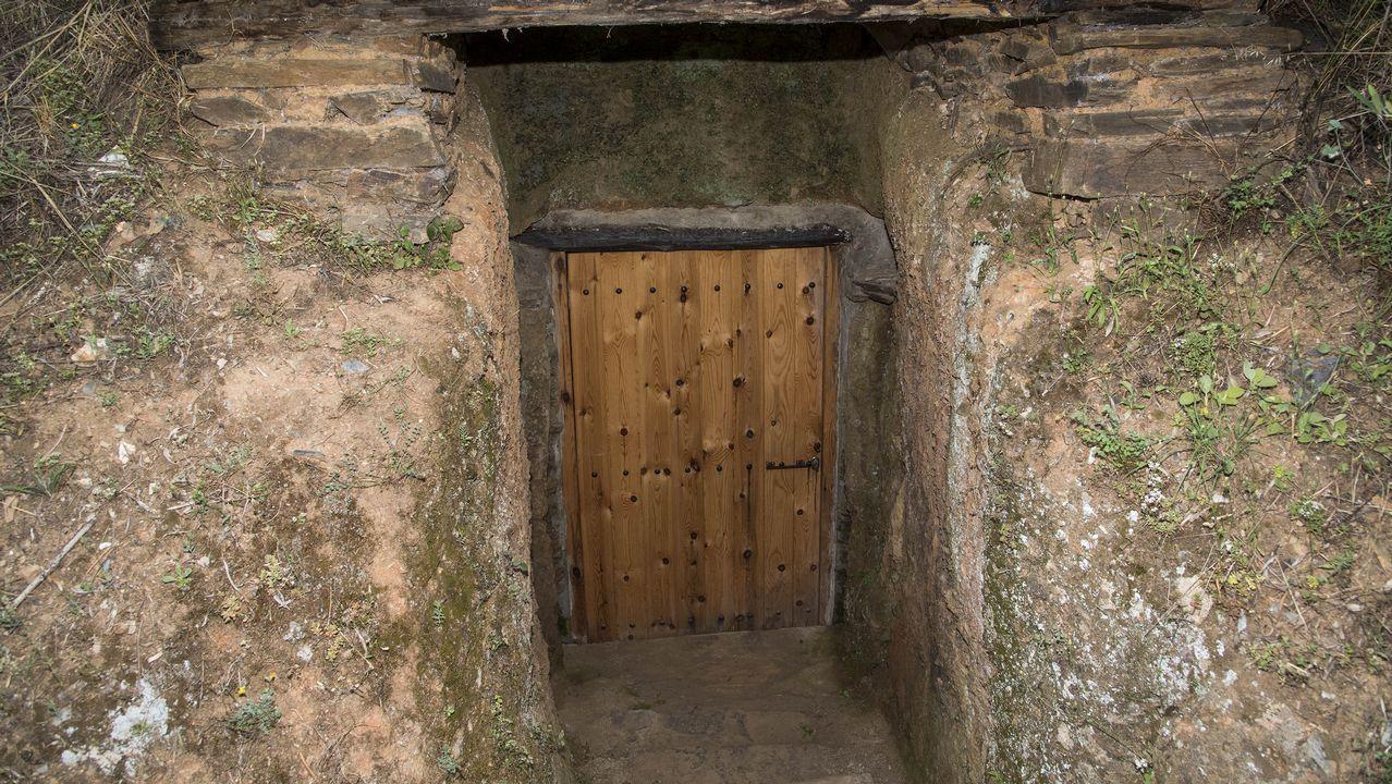 Entrada de una de las bodegas típicas de la aldea