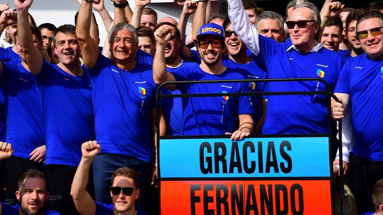 Fernando Alonso posa con su equipo ante los fotógrafos en la despedida de McLaren antes de su ultima carrera