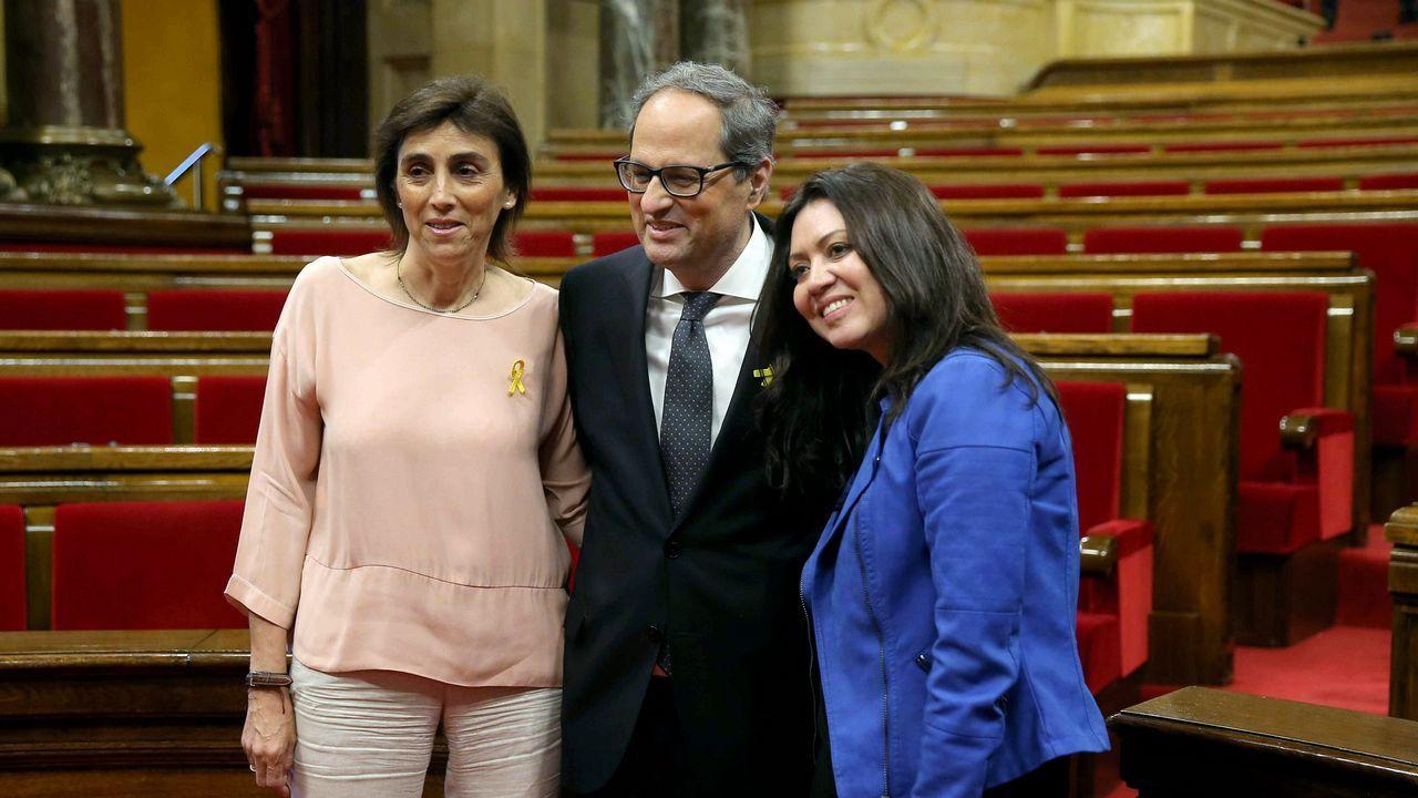 .Quim Torra, nuevo presidente de Cataluña, posa entre su mujer (a la izquierda) y Marcela Topor, la mujer de Carles Puigdemont