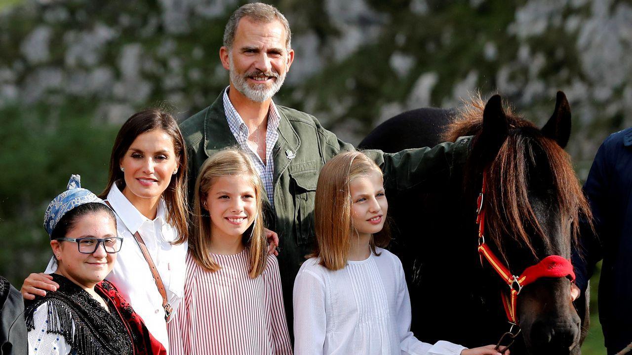 Los reyes Felipe (c) y Letizia (2i), la princesa Leonor (d) y la infanta Sofía (3i) posan tras un recorrido con motivo de la celebración del primer centenario del Parque Nacional de la Montaña de Covadonga -embrión del actual Parque de los Picos de Europa-. La princesa Leonor ha sido obsequiada por el Ayuntamiento de Cangas de Onís con una yegua de la raza 'Montaña asturiana'