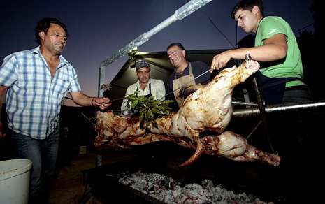 .La Festa do Porco ao Espeto abrió ayer las fiestas de san Ramón en O Esto.