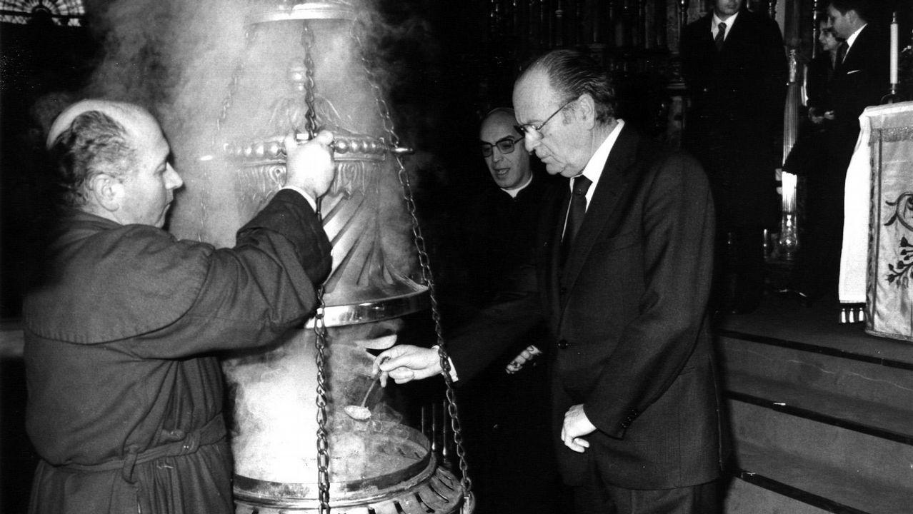 .Fernandez Albor, en una imagen de 1982, echando incienso en el botafumeiro durante la peregrinación de la Xunta a la Catedral de Santiago.