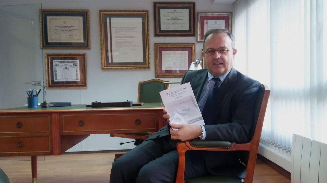 Javier Junceda em su despacho con su libro «A Contracorriente»