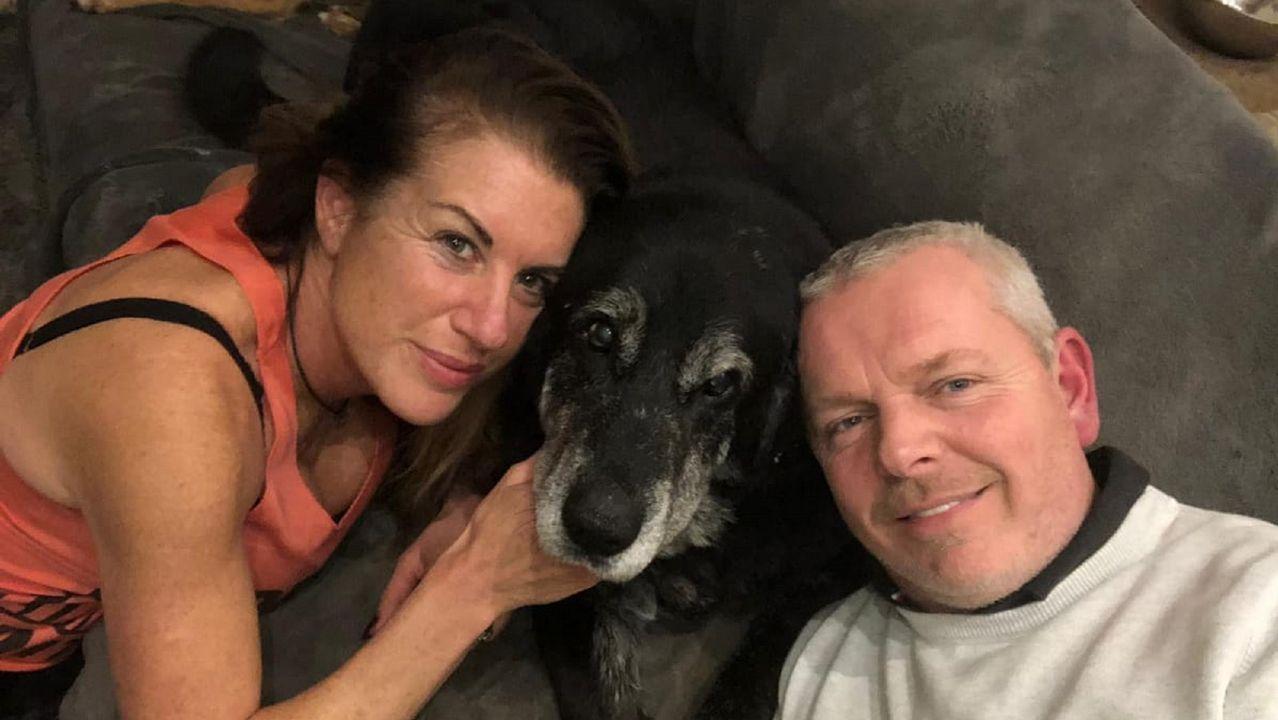 Así cobra vida un retablo.Pipe, con Caroline y Martin, el matrimonio inglés con el que ahora vive el perro, tras ser curado de su enfermedad en Ferrol