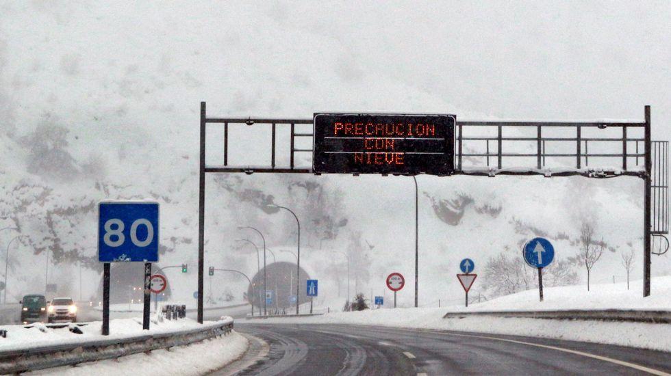 Imagen de la autopista del Huerna que une Asturias con León y que sigue en nivel de alerta verde, después de que esta mañana haya estado cerrada durante varias horas al tráfico de vehículos pesados e incluso para turismos y autobuses que no llevaran neumáticos de invierno.