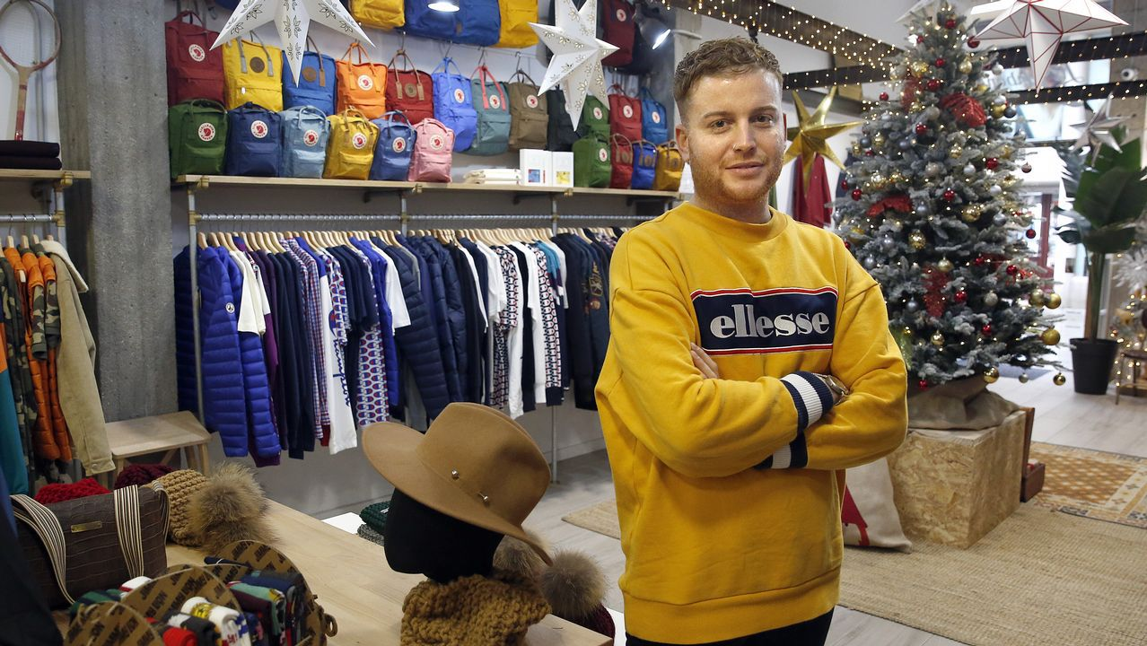 Álvaro Muñiz regenta una tienda de ropa y complementos en Ribeira