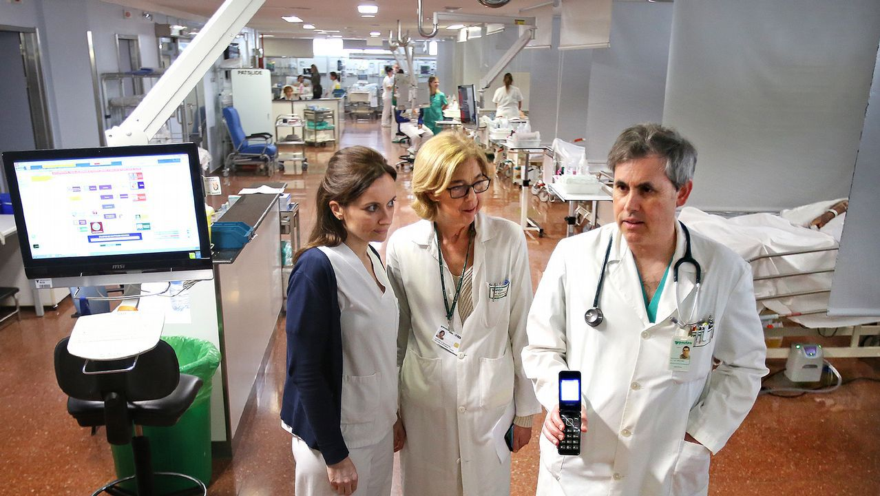 La coordinadora de enfermería de la uci, Carmen Pazos; la directora de enfermería del hospital, María Antonia Muñoz; y el responsable médico de la uci, Marcial Rey