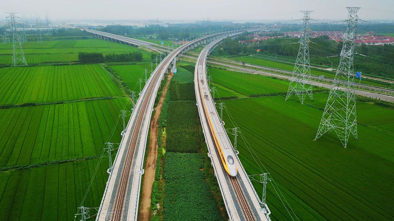 .Las vías de un tren de China discurren por un paisaje realmente llamativo.