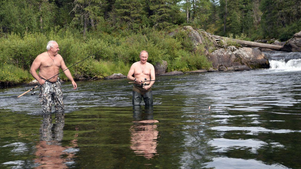 Putin pescando junto al ministro de defensa Sergei Shoigu