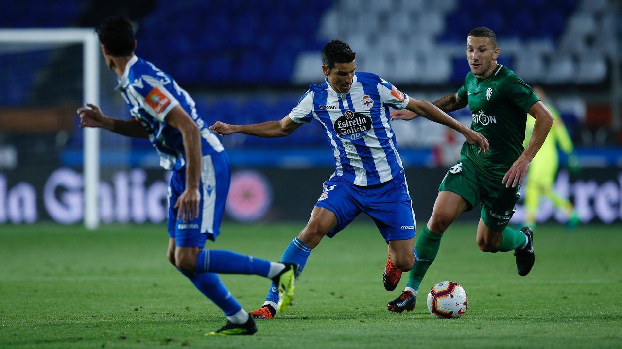 Los jugadores del Oviedo saludan a la afición tras el partido del sábado