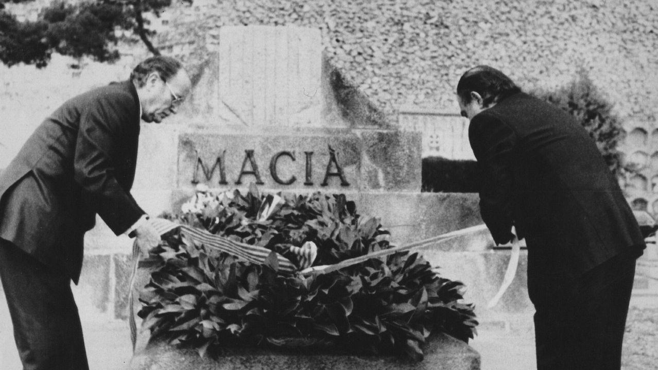 .Fernández Albor, presidente de la Xunta de Galicia, y Jordi Pujol, presidente de la Generalitat, en una ofrenda floral ante el monumento al líder independentista catalán Francesc Maciá