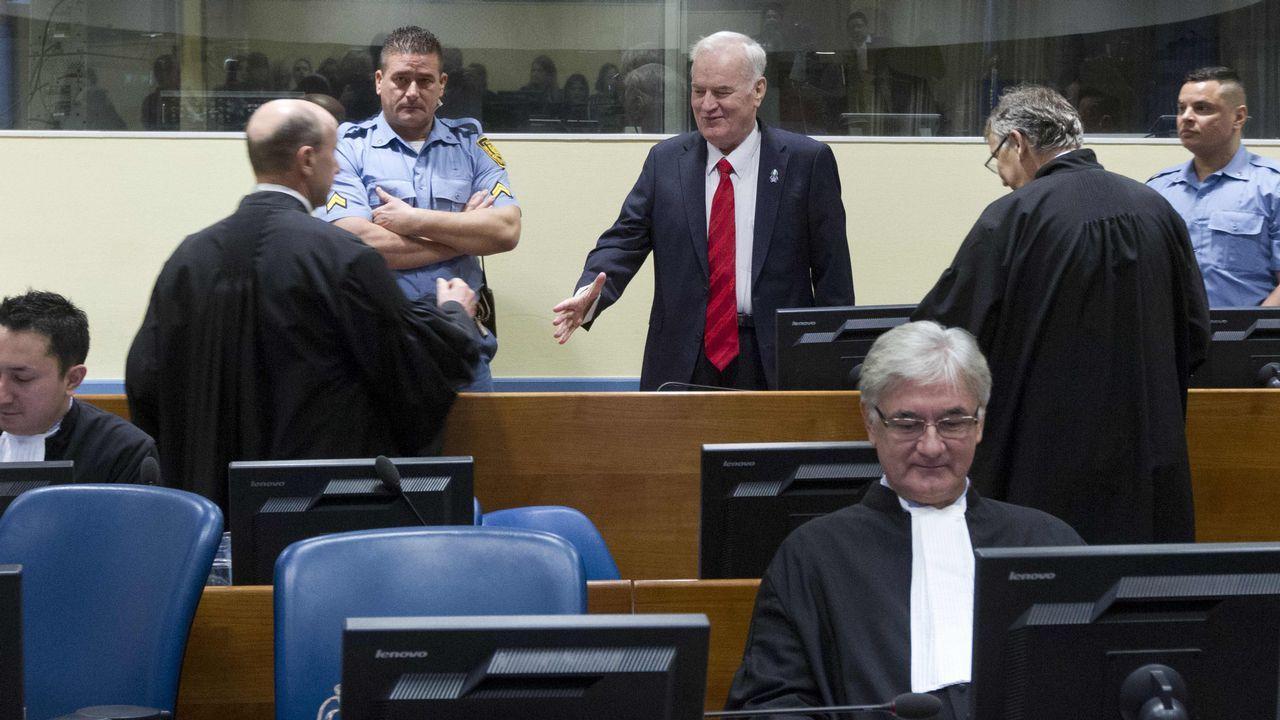 .El tribunal ordenó sacar a un irritado Mladic, que sufrió una crisis de hipertensión», de la sala mientras lee su veredicto