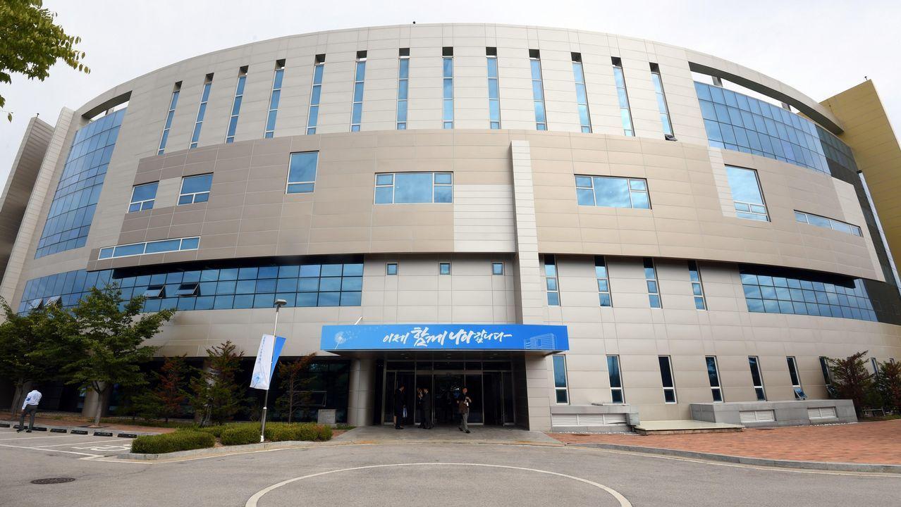 España mantendrá su huso horario actual y cambio de hora estacional.Foto de archivo de la fachada de la oficina de enlace intercoreana en la localidad fronteriza norcoreana de Kaesong