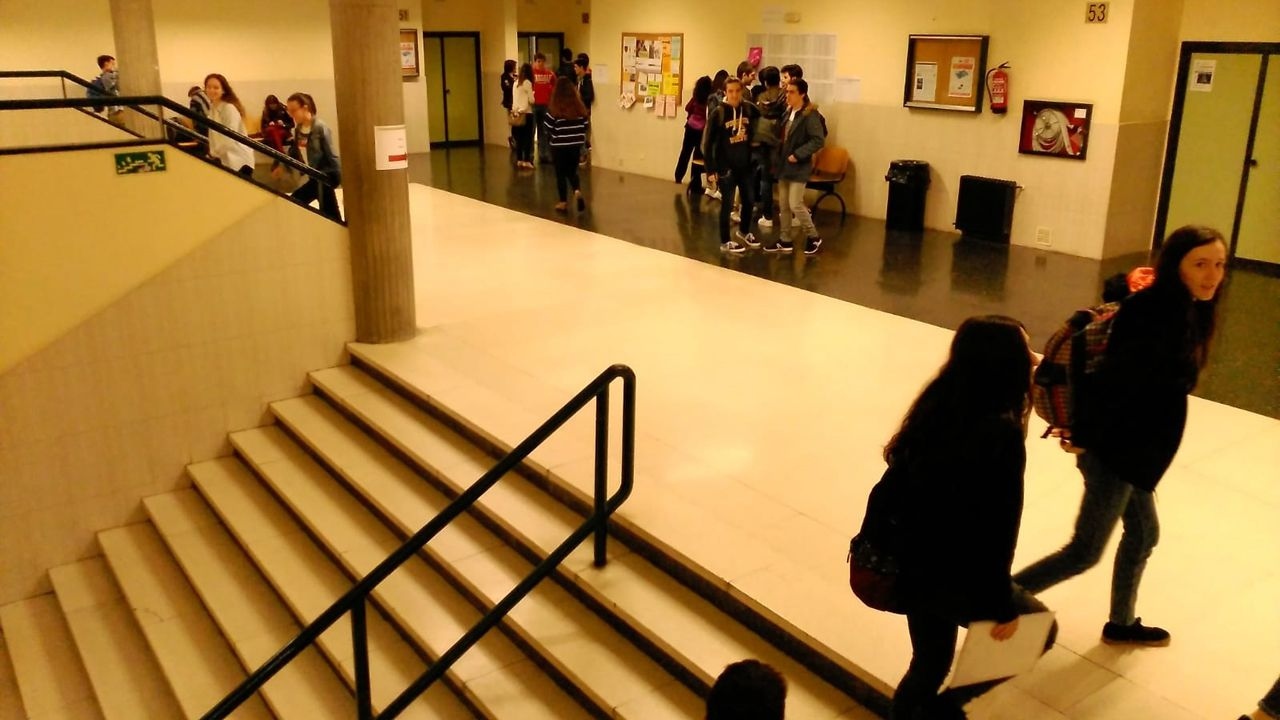 Los estudiantes buscan sus aulas antes de examinarse de la EBAU en la Facultad de Economía y Empresa