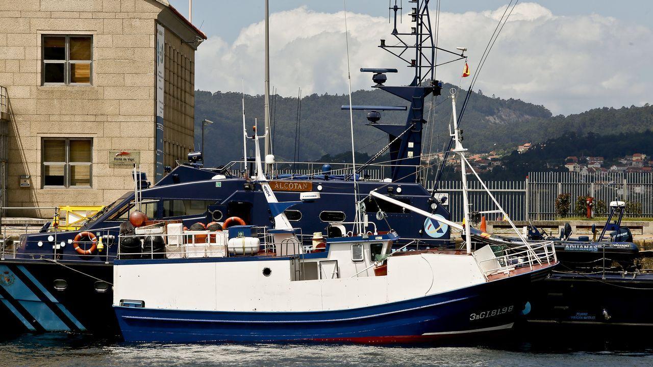 .Barco Sempre Cacharelos, propiedad de Serafín Pego, uno de los detenidos en la última operación contra el narcotráfico, amarrado en el muelle de A Laxe, junto al barco de aduanas