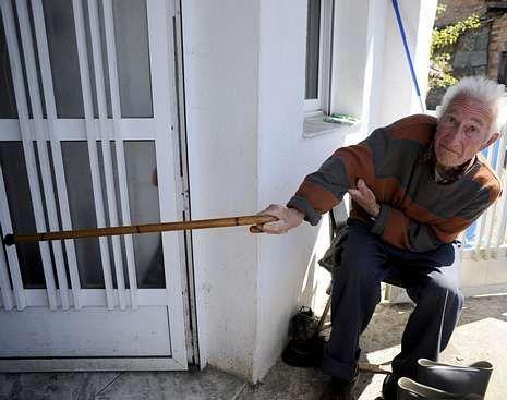 Manuel Cacheiro, enseñando por dónde entraron los asaltantes.