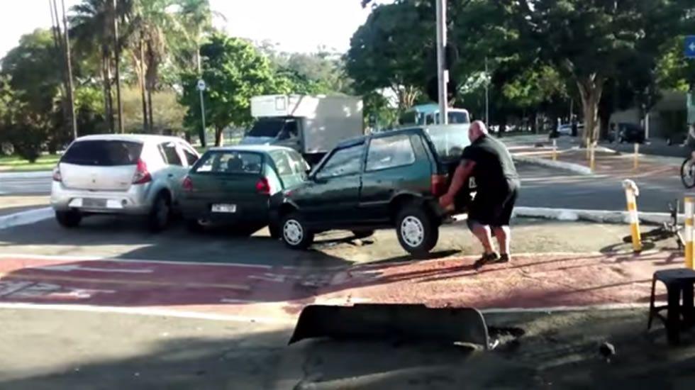 El hombre que apartó un coche del carril bici