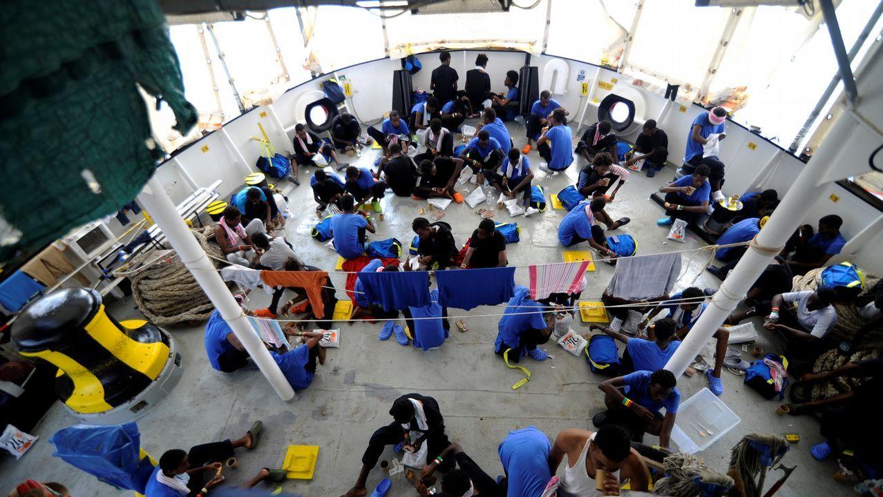 España acogerá finalmente a 60 de los 141 inmigrantes del Aquarius.Inmigrantes desembarcan del buque de la guardia costera italiana Diciotti en el puerto de Catania, Italia, el 13 de junio de 2018