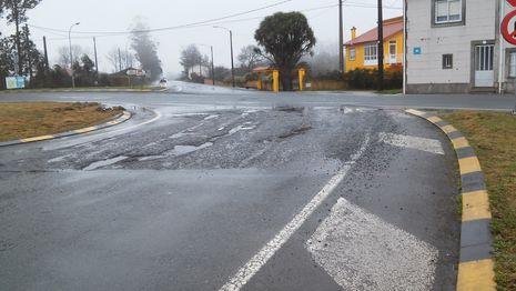 El asfalto de la rotonda de Sesmonde presenta muy mal estado