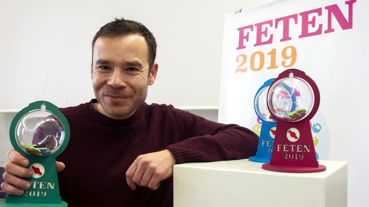 El artista Job Sánchez muestra el trofeo que ha diseñado para Feten 2019