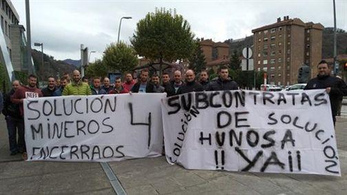 Compañeros de los mineros del pozo Santiago con pancartas reivindicando sus derechos