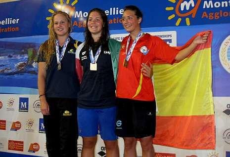 A cercedense Inés Barbeito, á dereita, no podio coa italiana Capeleti, primeira, e a australiana Elsa.