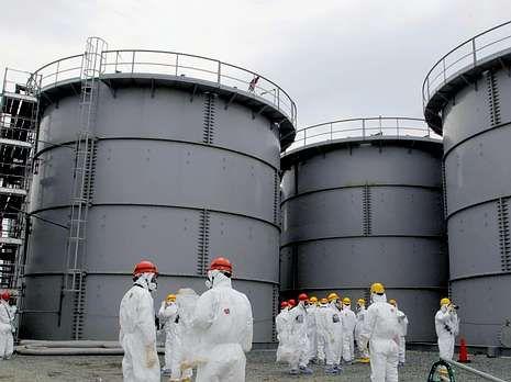 Tanques que almacenan agua contaminada en Fukushima.