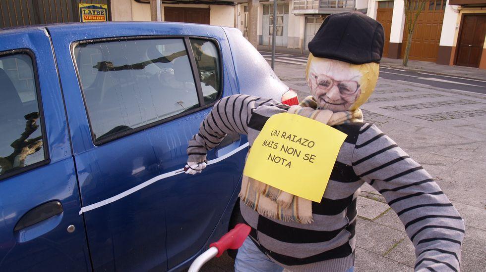 Un compadre vandálico raiando un coche no barrio monfortino de Carude