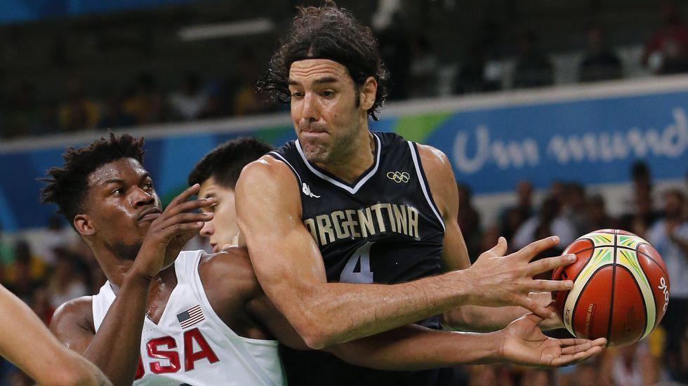 Nico Rodríguez posa entre Afif y Whalley.La selección de Estados Unidos de Baloncesto gana a Argentina