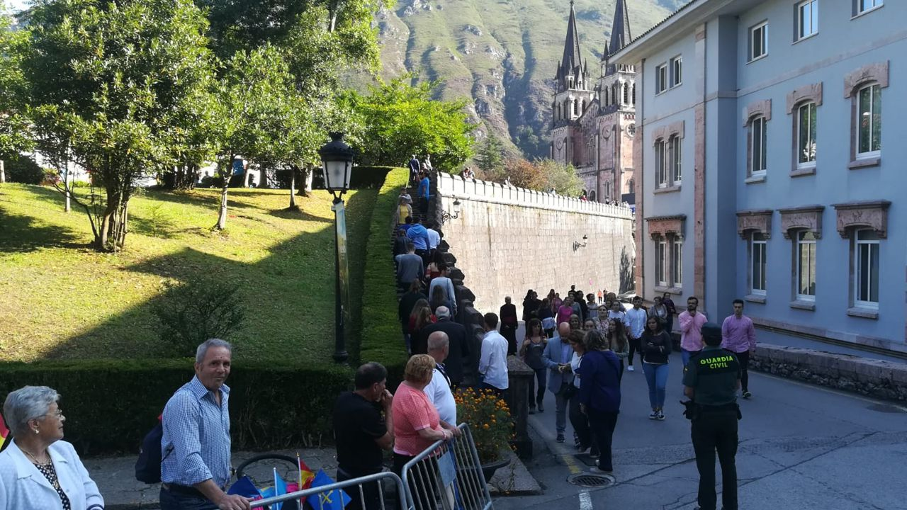 Asturianos y curiosos se reúnen en Covadonga para celebrar el Día de Asturias a la espera de la llegada de la familia real