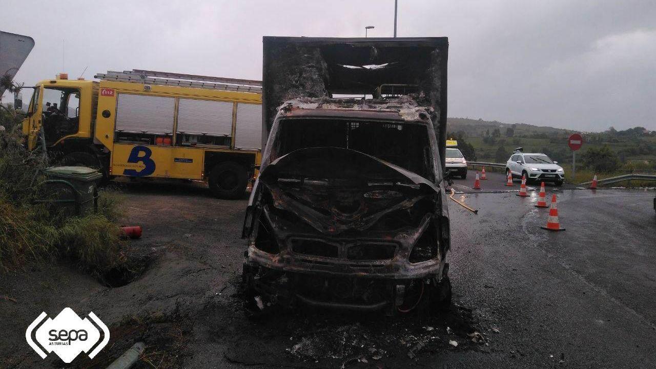Comercio local en Oviedo escaparate Gijón.Aspecto de la cabina del camión incendiado en Ribadesella