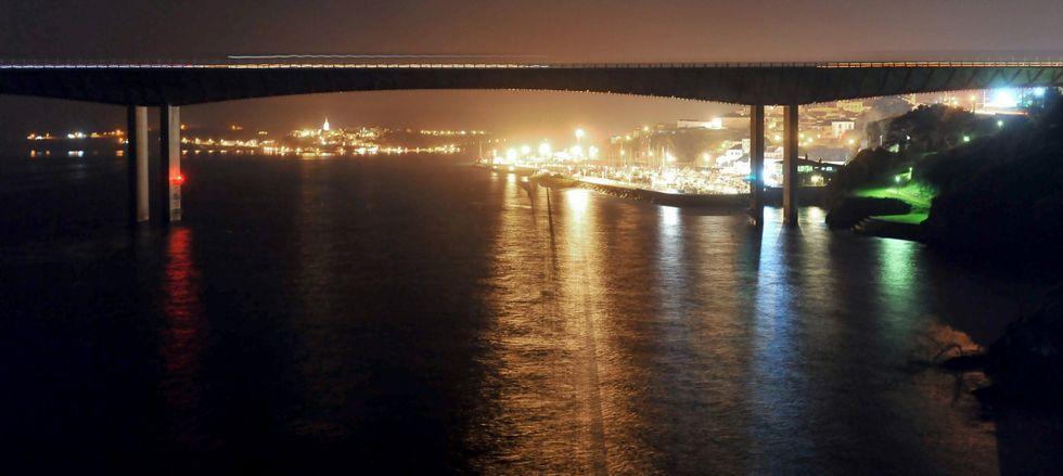 .El Puente de los Santos lleva más de cuatro años sin luz, desde que Castropol se hartó de pagar en solitario la factura eléctrica.