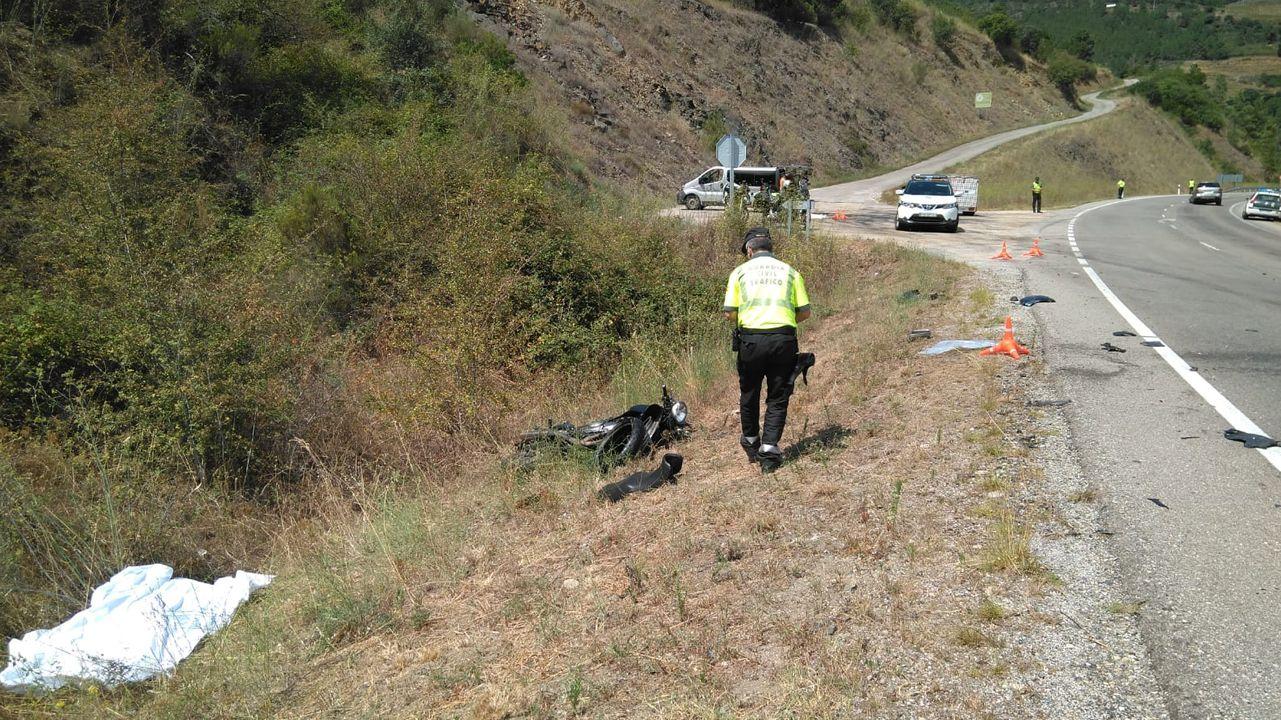 Muere un motorista al chocar contra un turismo en Larouco.