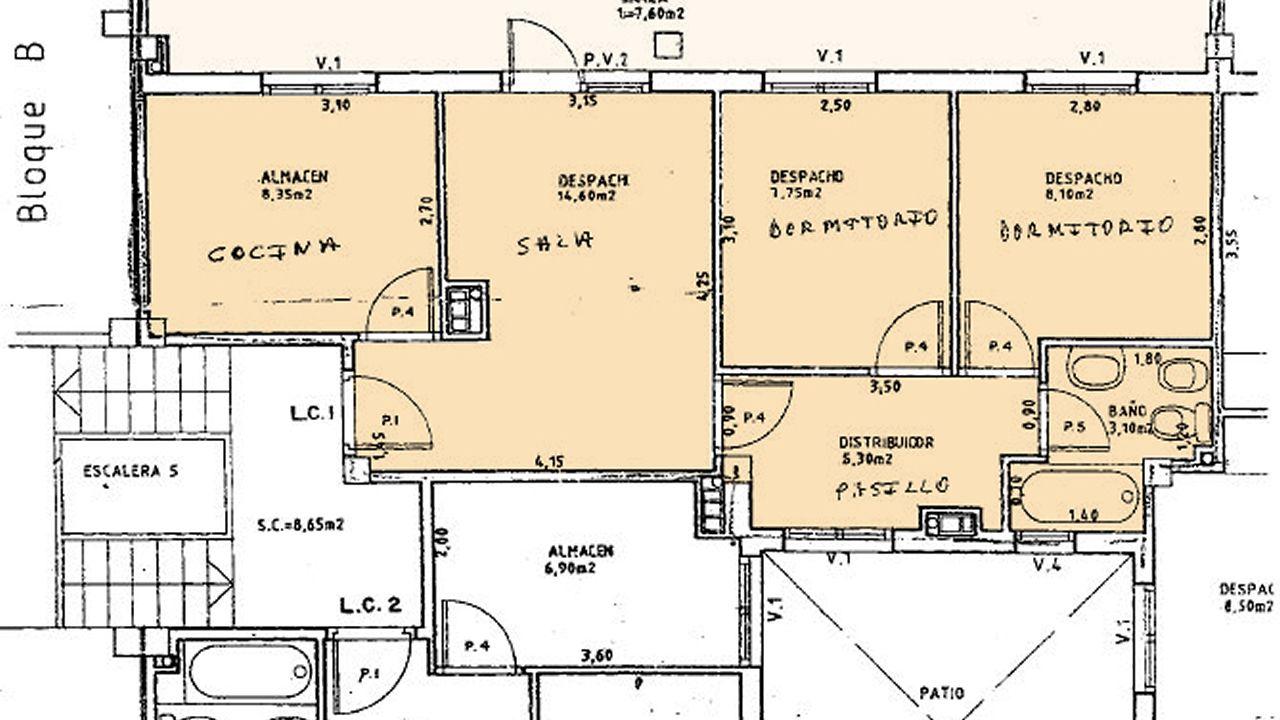 El croquis. El expediente de valoración del ático incluye esta planta, en la que se ha escrito a mano la distribución de los espacios de la vivienda bajo los de la oficina. El croquis detalla la superficie construida de las estancias, pero no la superficie útil, que es inferior y la que se utilizaba en las bases del concurso