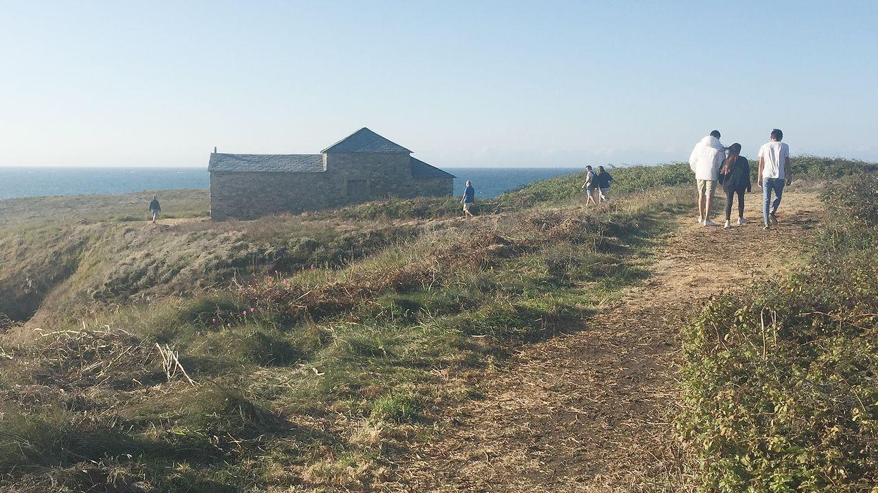 .La construcción de un nuevo acceso ha propiciado la llegada de turistas y vecinos a la isla de Santa Comba