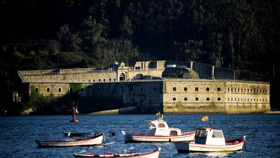 El Castillo de la Palma, en Mugardos. Se encuentra en la entrada de la ría de Ferrol, justo enfrente del castillo de San Felipe, y su función era la de vigilar el paso marítimo. En una de sus últimas funciones, durante el siglo XX, fue el lugar de encierro del coronel Antonio Tejero, autor del golpe de estado del 23F.