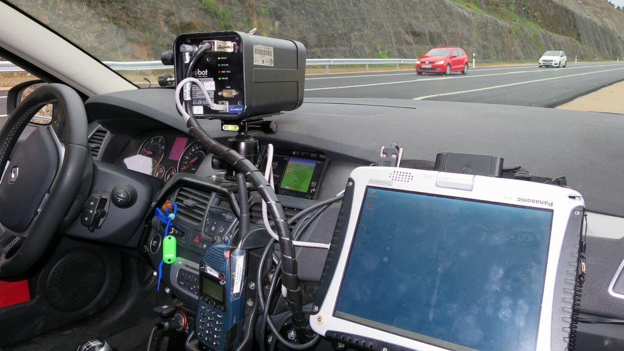 Detienen dos furgonetas en la A-75 con 41.300 euros en ropa falsificada.Radar móvil de la Guardia Civil