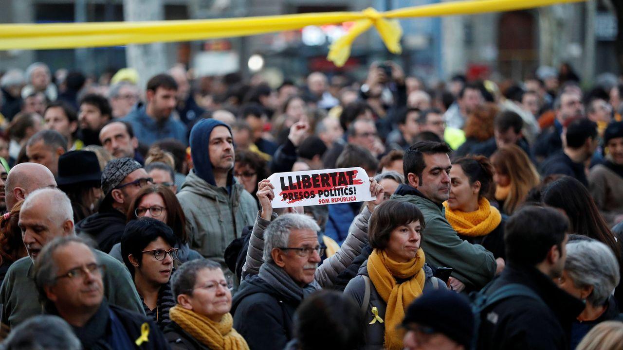 Varios grupos se situaron ante el fuerte cordón policial que los Mossos y la Policía Nacional establecieron tanto en Urquinaona como en las calles de acceso a la Vía Laietana