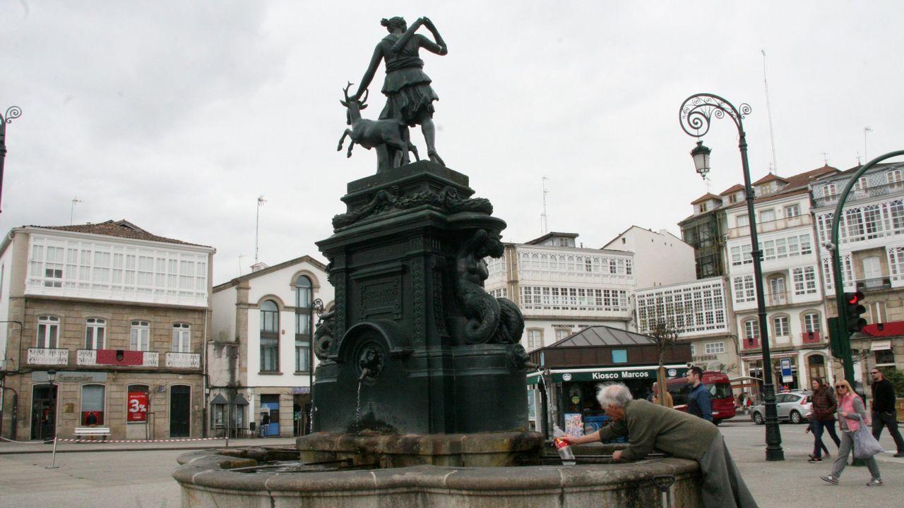 Estas son las personas que repartieron suerte en A Coruña.Mercado de Nadal en Abegondo