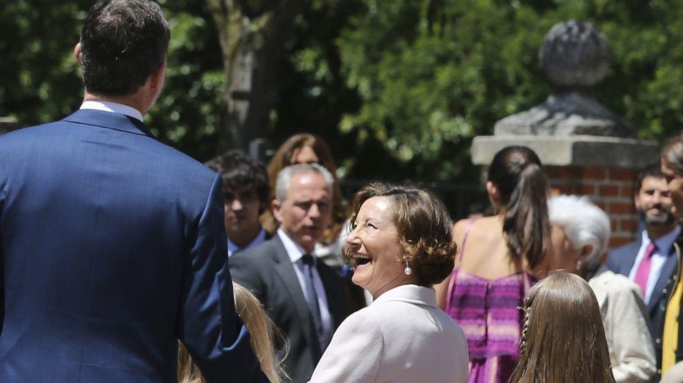 .El rey Felipe conversa con Paloma Rocasolano.