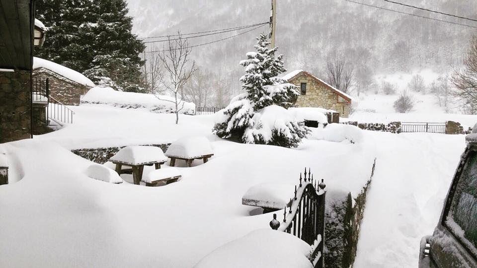 La nieve dificulta el tráfico en la autopista del Huerna.La nieve inunda el paisaje en esta imágen de Valle del Lago