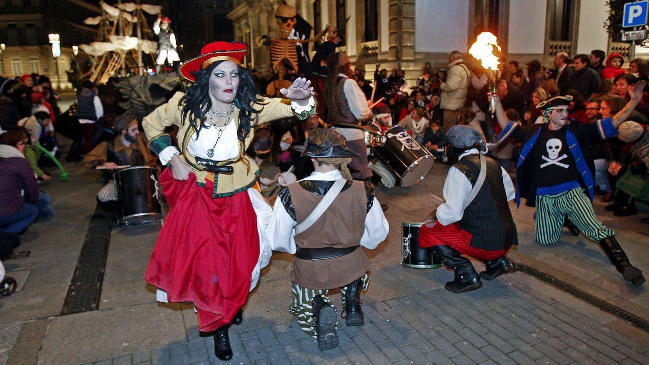 Búscate en la Festa da Filloa.Xinzo canceló el desfile pero no el entroido. En una mesa representaban escenas de la famosa  serie  Fariña .