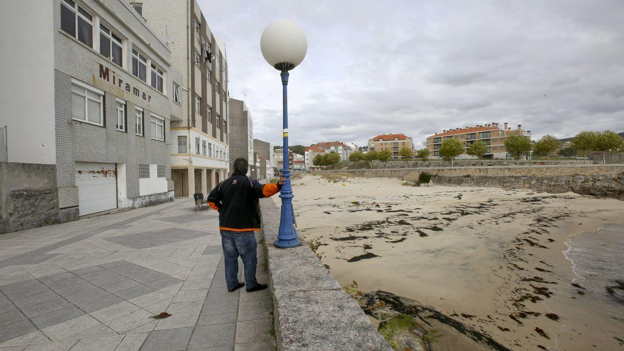 Los vecinos denuncian problemas en el saneamiento de la playa de Arnela